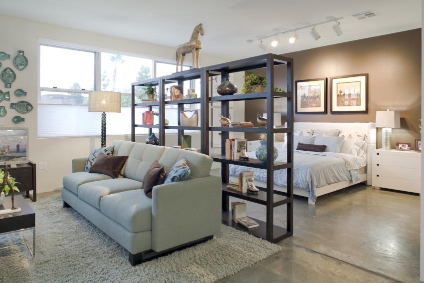 В гостиной классического стиля наиболее уместным будет стеллаж из бруса и доски