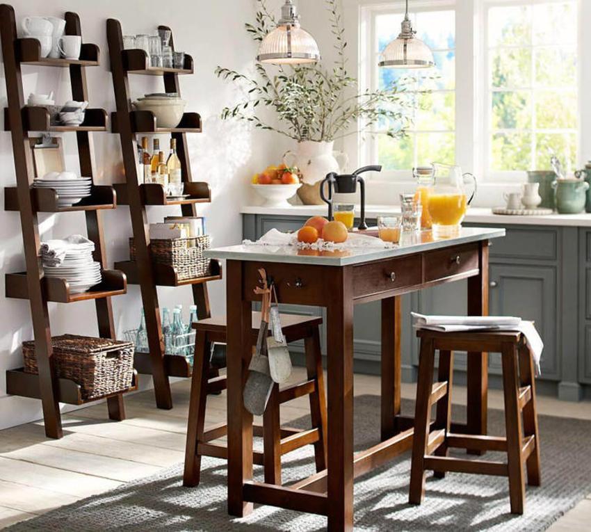Для кухонь выполненных в классическом стиле подойдет стеллаж из дерева