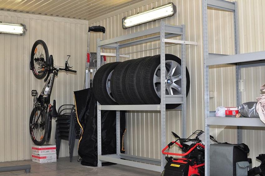 Изготовление стеллажа для колес не отнимет много времени, но зато освободит много места в гараже