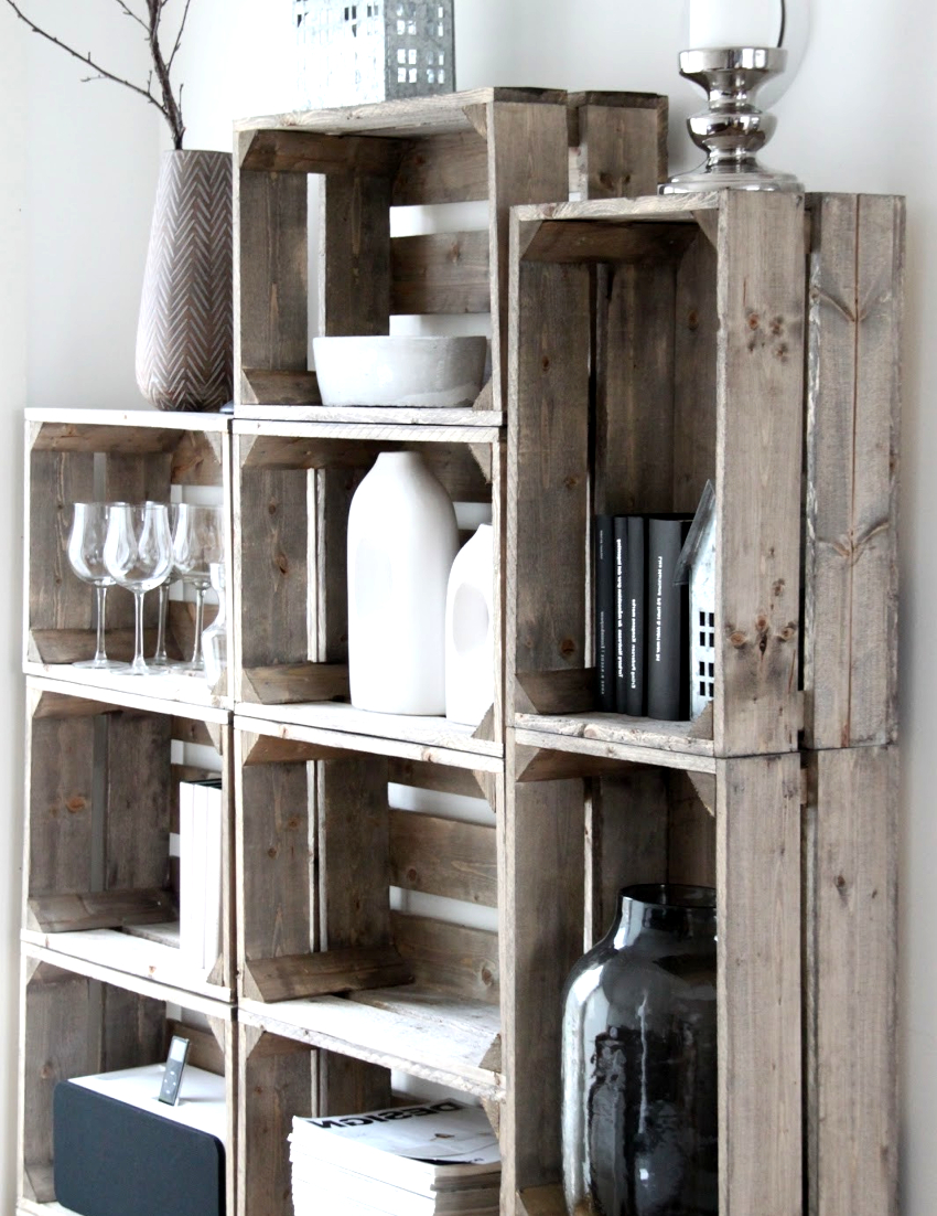 Кухонные стеллажи могут быть очень оригинальными, например, из обычных ящиков