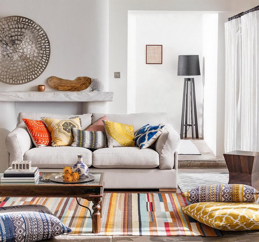 Интерьер в стиле фьюжн характеризуется наличием ярких текстурных узоров в сочетании с классикой