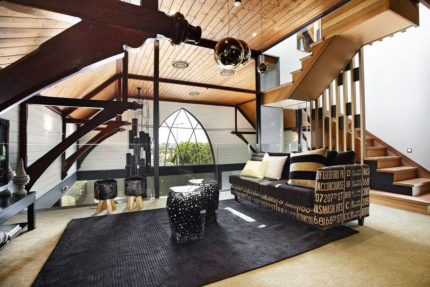 Наиболее популярные материалы для лестниц в стиле лофт – дерево и металл
