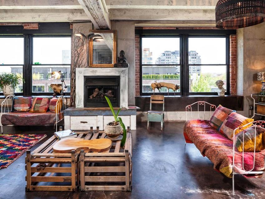 Материалы, из которых чаще всего производят мебель в стиле лофт – это паллеты, палубные доски, металл и т. п