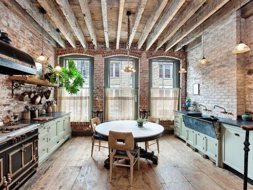 Стиль лофт предполагает высокие потолки со светильниками на длинных открытых проводах или на цепях