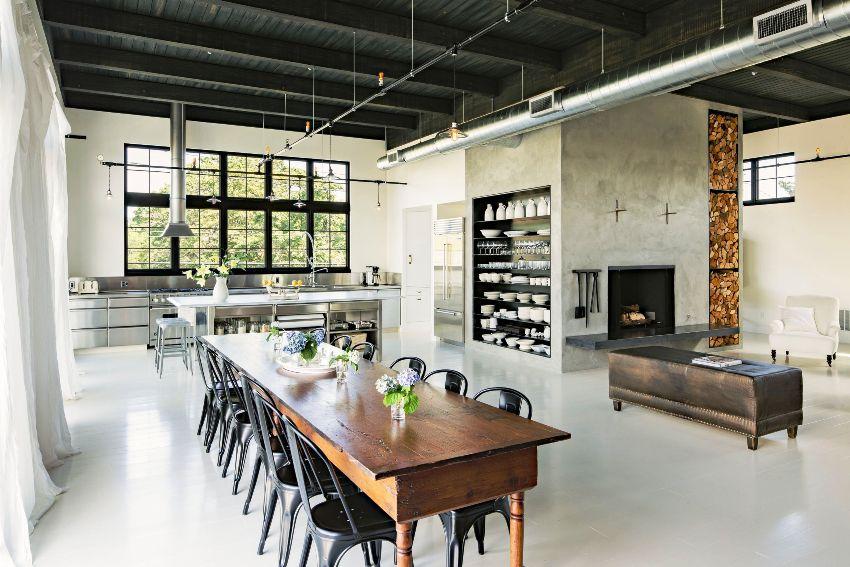 Потолки в стиле лофт предполагают наличие неприкрытых вентиляционных конструкций или коммуникационных труб