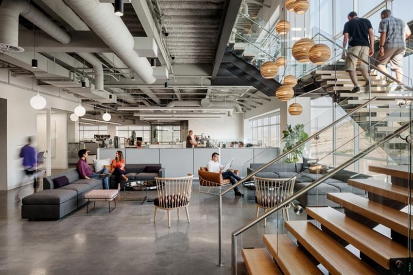 Стиль лофт в офисном помещении подходит современным людям, которые отличаются креативным характером и занимаются творческими профессиями
