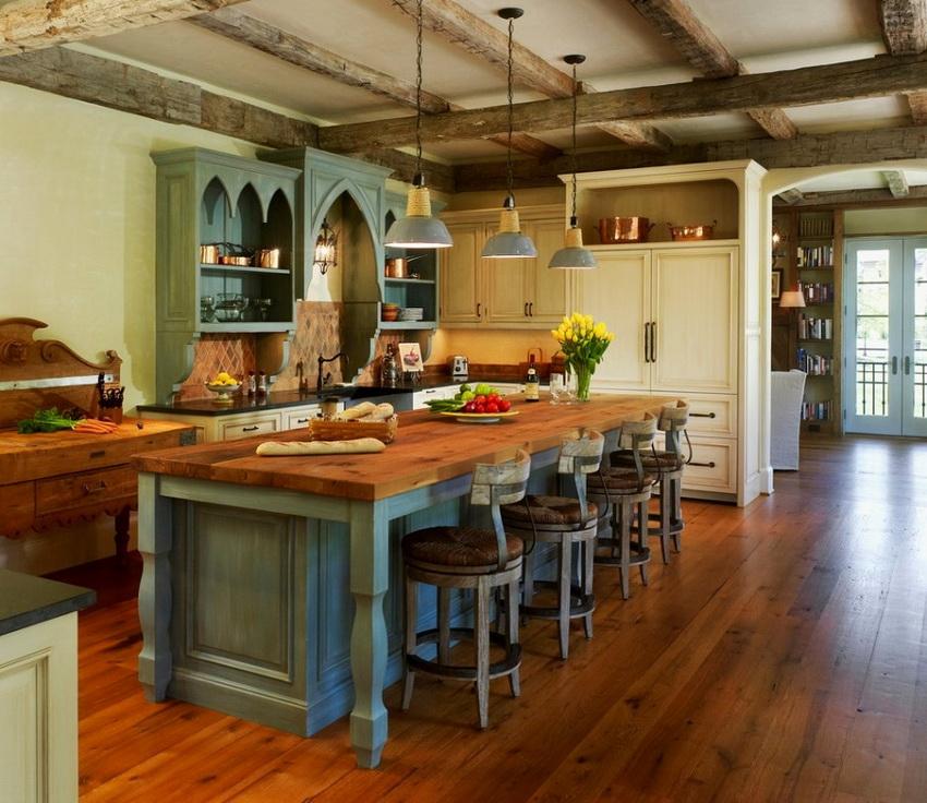 Очень популярный вариант отделки потолка - деревянные балки с эффектом старины