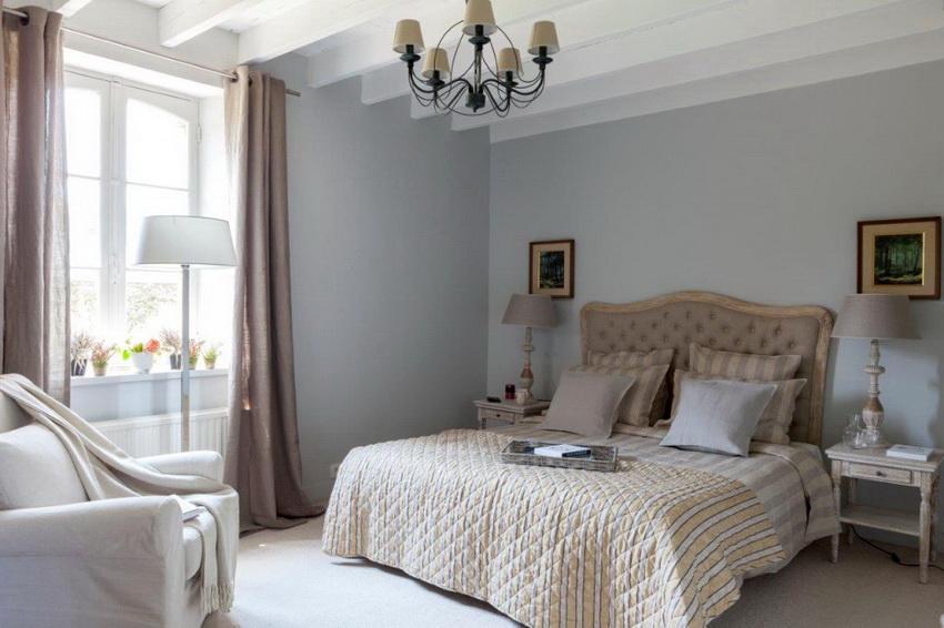 Спальня в духе прованс обычно оформлена в светлых спокойных тонах без лишних ярких деталей