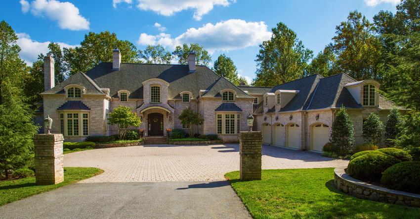 Как правило, облицовка домов в стиле прованс выполняется из натуральных материалов