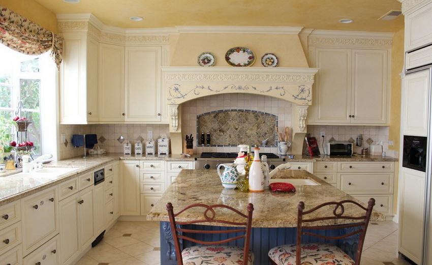 Нередко мебель в стиле прованс украшена резьбой или росписью