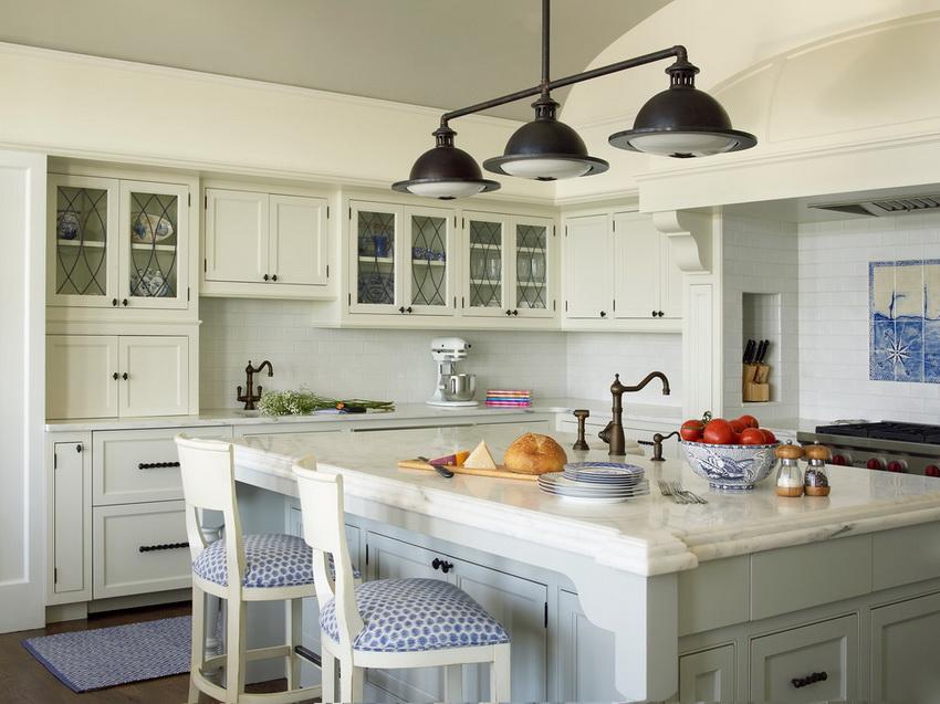 Мебель для кухни в стиле прованс обычно изготавливают из дерева и декорируют контрастными элементами