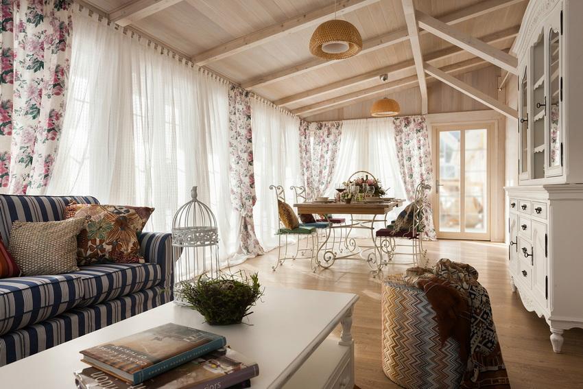 Яркий текстиль, винтажная мебель и деревенский декор - одна из изюминок стиля прованс