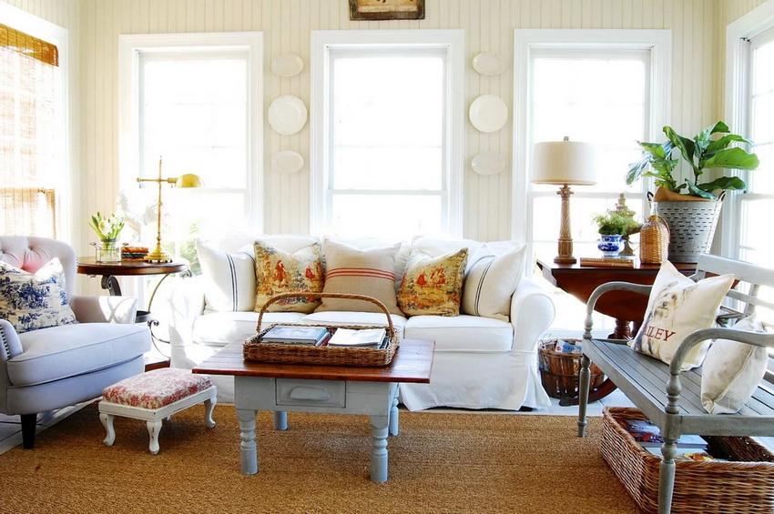 Комбинация раскрашенных и однотонных деталей в интерьере придает стилю прованс особое очарование