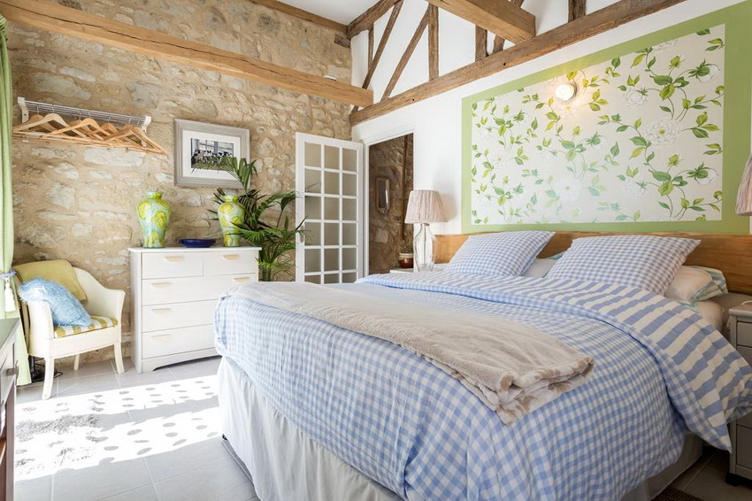 Стиль прованс отлично подходит для интерьера деревянного дома и дачного участка