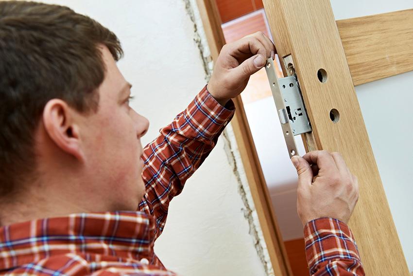 Механизм замка монтируется в подготовленное заранее гнездо и фиксируется саморезами