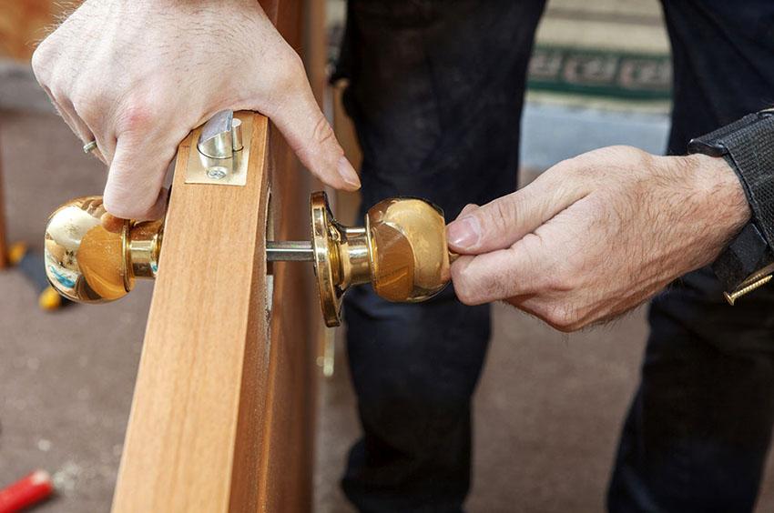 Две части ручки нужно приложить с обеих сторон двери и зафиксировать