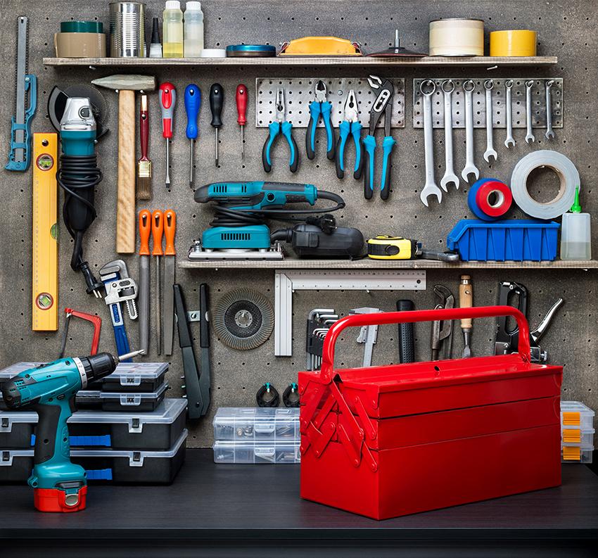 Для того, чтобы качественно установить замок своими руками нужно иметь все необходимые инструменты