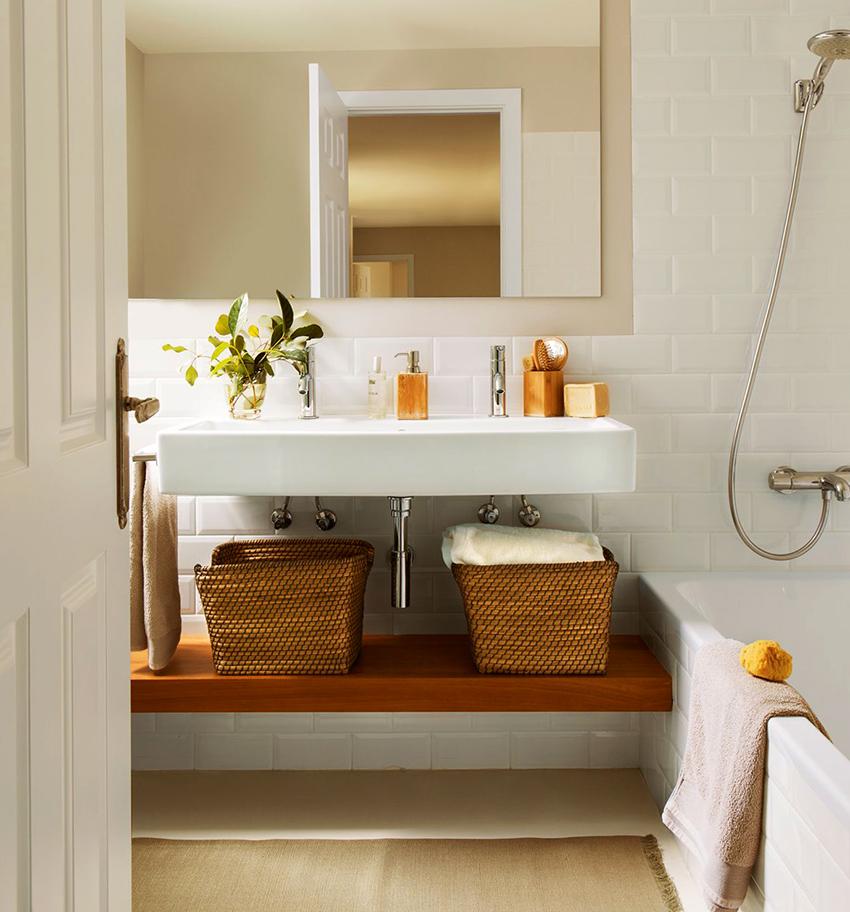 В ванной можно разместить открытые полки или поставить плетенные корзины для хранения вещей