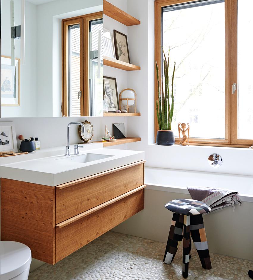 Для декора ванной можно использовать картины, фото и статуэтки