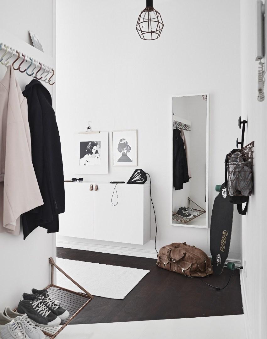 Вешалка белого цвета считается универсальной, поскольку вписывается практически в любой интерьер