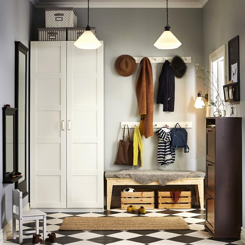 Настенную вешалку для прихожей нужно подбирать в зависимости от интерьера квартиры