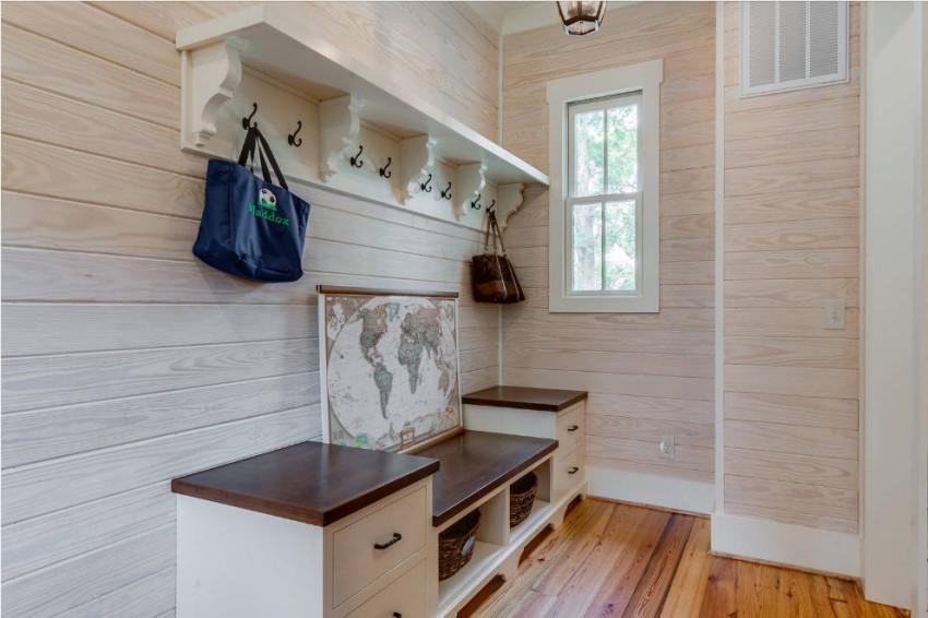 Вешалка должна быть не просто красивой, но и удобной для хранения одежды и других предметов гардероба