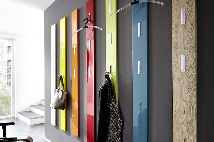 Вешалки из пластика и стекла пестрят цветовой гаммой и оригинальным дизайном