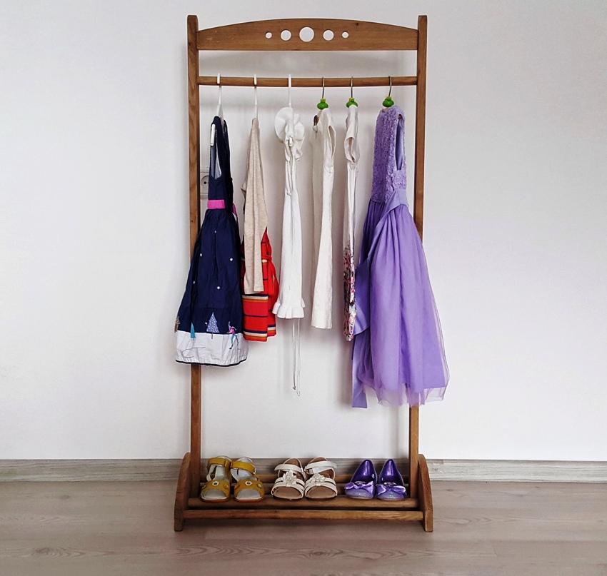 Деревянную напольную вешалку для одежды легко соорудить своими руками
