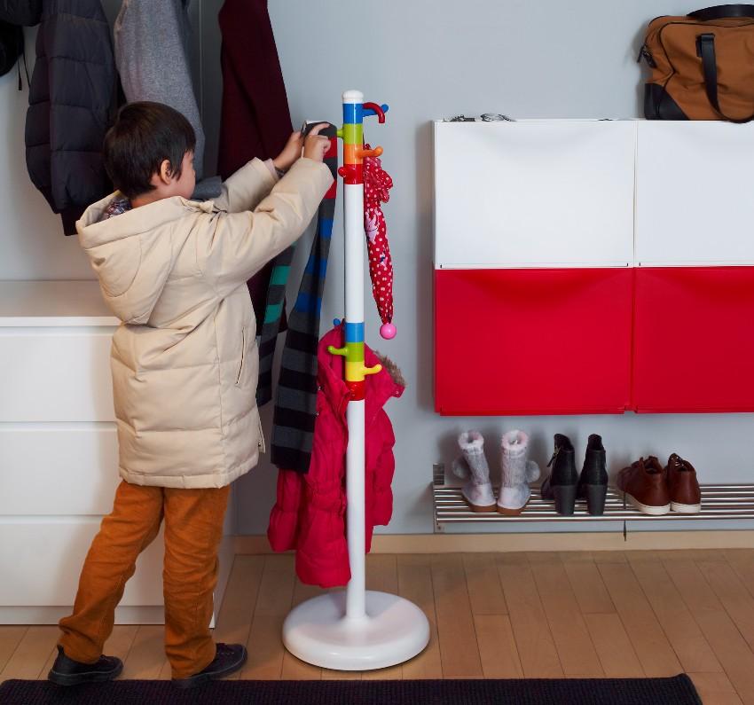 Напольная вешалка определенного дизайна идеально впишется практически в любой интерьер помещения