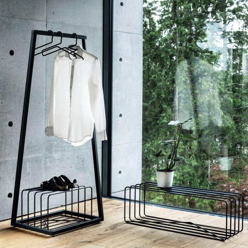 Напольные вешалки для одежды изготавлтвают из металла, дерева и пластика