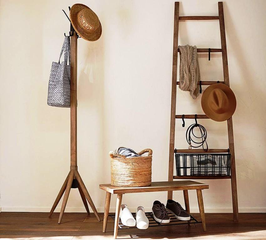 Основным преимуществом деревянной напольной вешалки является ее доступная цена