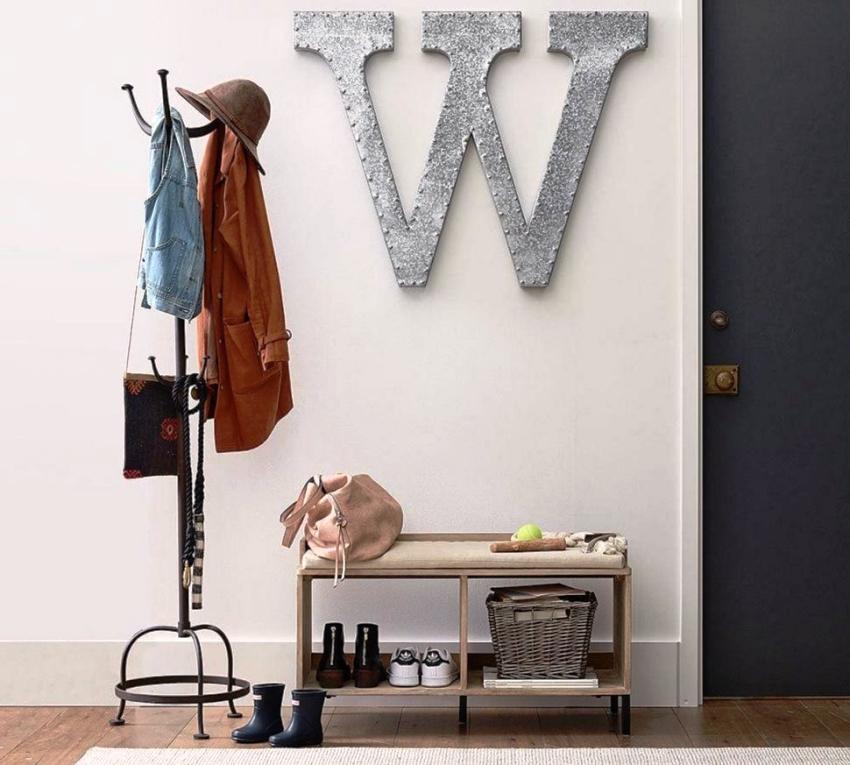 Напольная модель вешалки в виде стойки в прихожую – современная и очень удобная конструкция