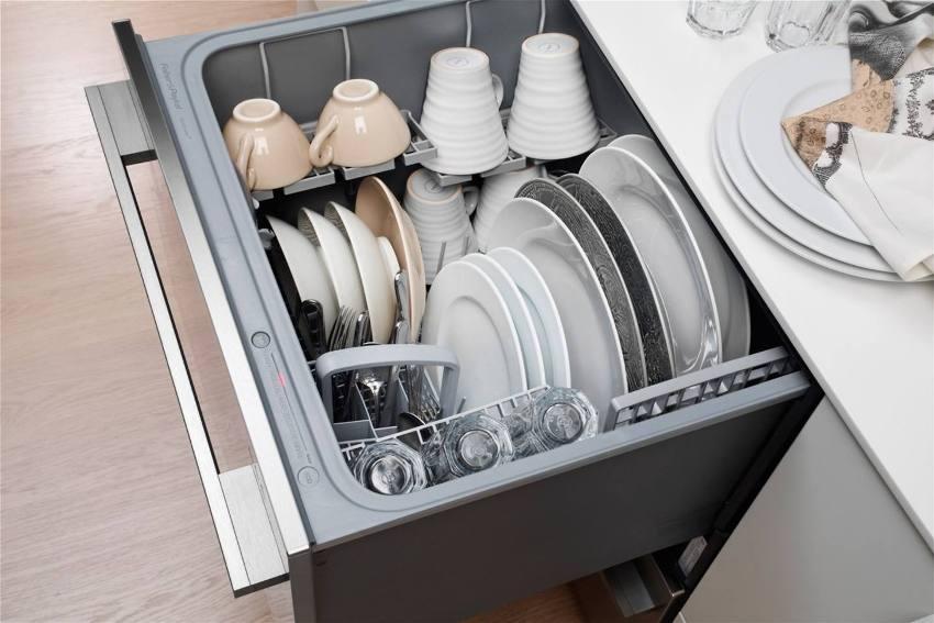 Чтобы вымыть посуду, включая кастрюли, сковороды, жаровни и противни, в машине шириной 60 см, понадобится 2 цикла