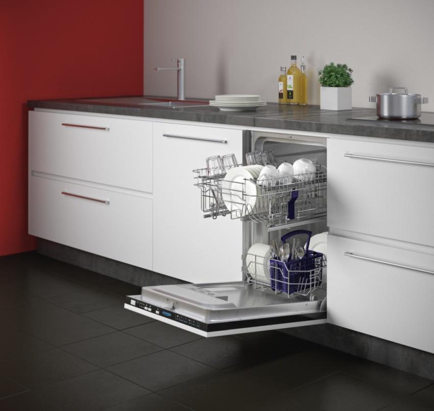Посудомоечную машину небольших размеров помещают в зарезервированное для нее место кухонного гарнитура