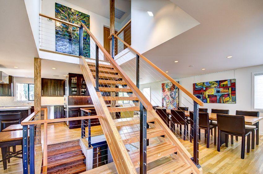 Жилое пространство в таунхаусе обычно строится вокруг межуровневой лестницы, которая соединяет разные зоны