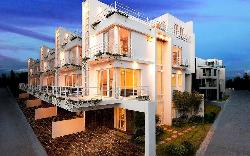 Таунхаус имеет относительно небольшую площадь самого дома и участка сравнительно с коттеджем
