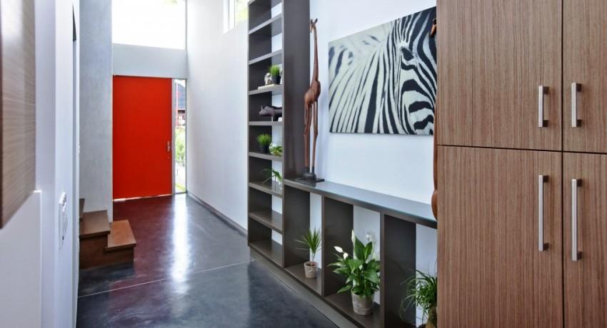 Удобнее всего размещать мебель в углах или вдоль стены, чтобы она не мешала свободному передвижению из комнаты в комнату
