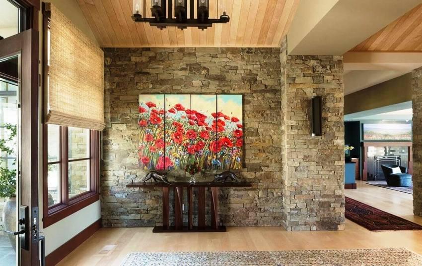Оригинально смотрится отделка стен коридора искусственным камнем