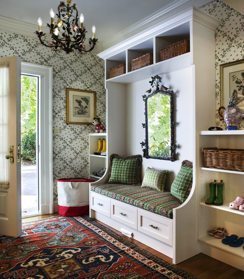 Современные типы обоев за счет рельефной текстуры отлично маскируют дефекты и повреждения стен в коридоре