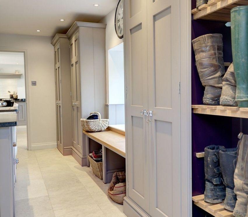 Дизайн узкого длинного коридора может копировать стили других комнат, быть нейтральными или включать несколько направлений