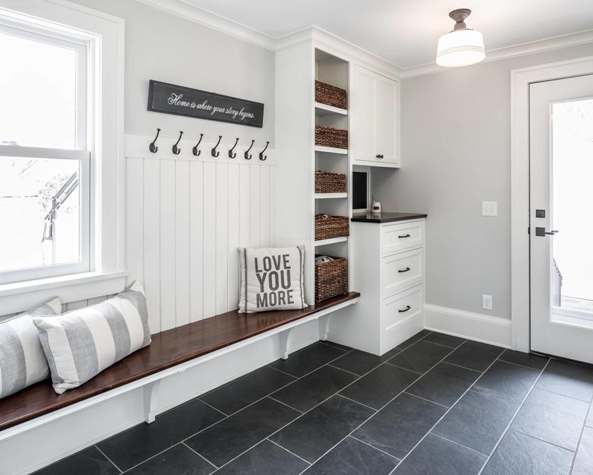 Черно-белое сочетание цветов часто применяется при оформлении коридора в скандинавском стиле
