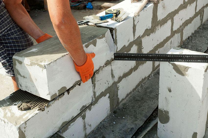 Монтаж стен можно начинать только после того, как фундамент станет прочным