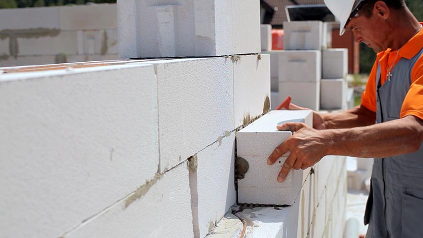 Чтобы качественно построить дом из газосиликатных блоков необходимо учесть все особенности материала