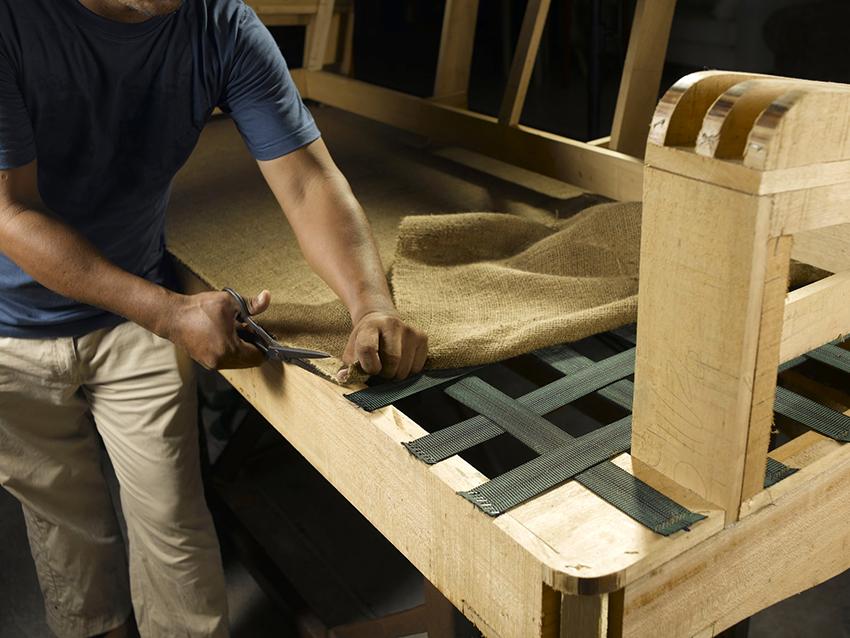 Если есть желание и минимальные навыки, то кровать не сложно сделать своими руками