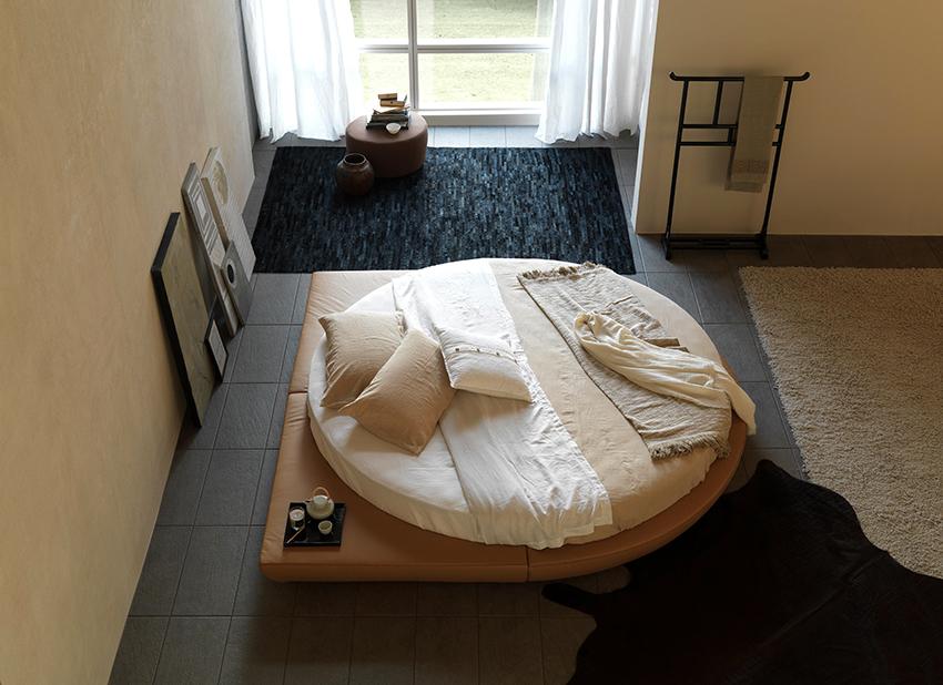 Круглые кровати смотрятся эффектно и необычно, но подходят для просторных спален