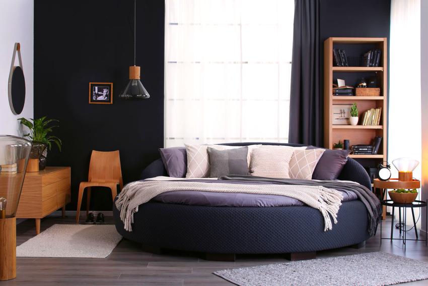Выбирая круглую двуспальную кровать, необходимо учитывать как размеры комнаты, так и ее дизайнерское оформление
