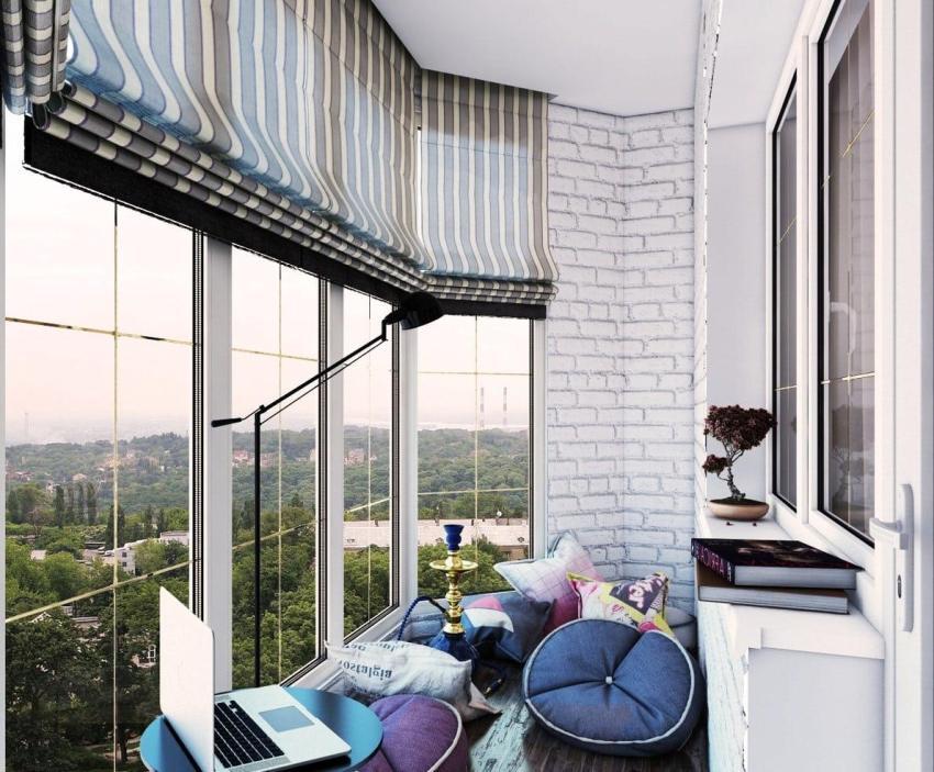 Панорамные окна французского балкона лучше украсить шторами определенного стилистического направления
