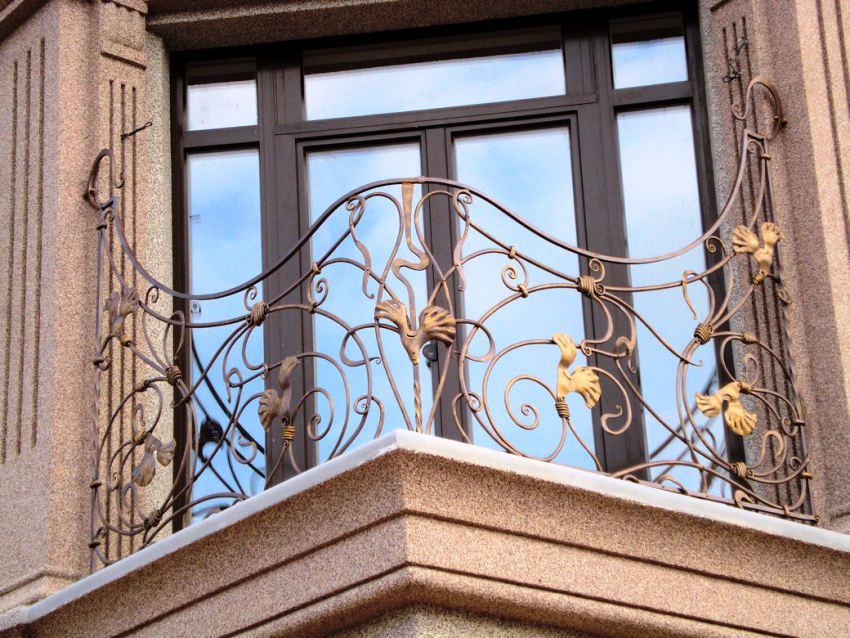 Для ограждений балконов часто используют художественную ковку с растительными узорами и завитками