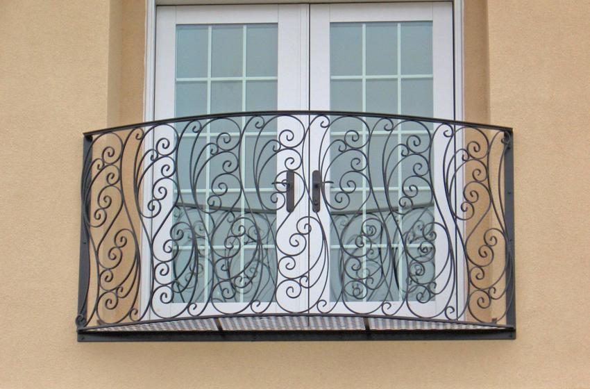 Ранее французскими балконами называли узкие выступающие площадки с кованым ограждением, на которых можно было стоять только одному человеку