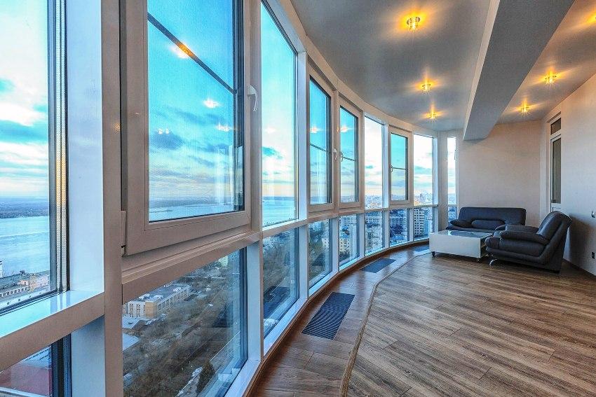 Французский балкон может иметь дополнительные поручни и кованую решетку-ограждение, а может быть просто в виде огромных панорамных окон на всю стену